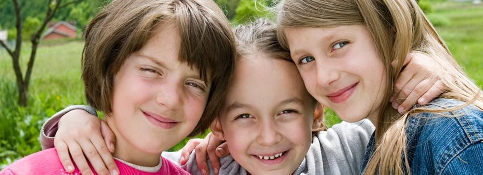 Fotos von drei lachenden Kindern